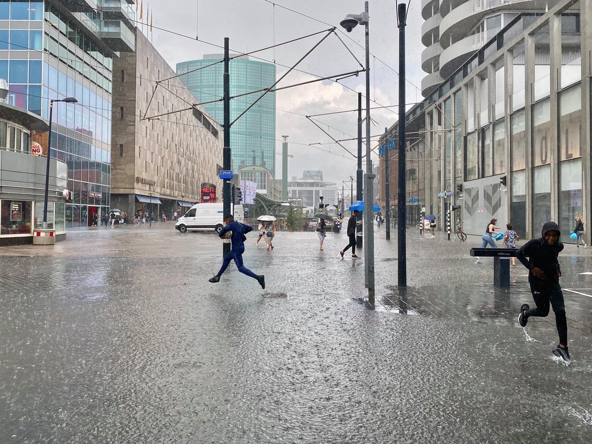 De Koopgoot veranderde door de hevige regenbuien in de 'Koopsloot'.