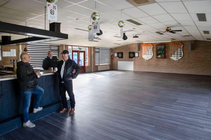Voetbalvereniging Oranje Wit uit Elst heeft via tientallen gulle leden en met behulp van enthousiaste vrijwilligers het clubhuis in een nieuw jasje gestoken. Trots drinken Martin Oltmans, Geurt van Setten en Hans van Kooten (vlnr) een eerste koffie aan de opgeknapte bar.