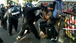 Cameraman wordt aangevallen door politie tijdens live-uitzending