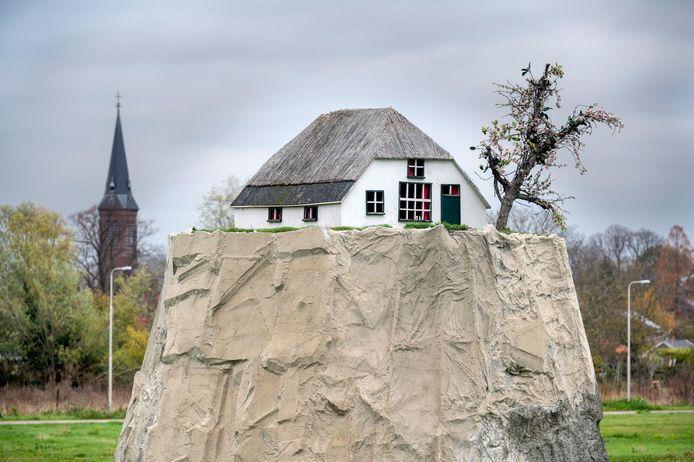 """Het kunstwerk 'Altijd Lente' aan de Oosterhoutsedijk in Lent. ,,Het gaat om mensen die aangeven dat geluk hun meer waard is dan het geld dat men hen biedt."""""""