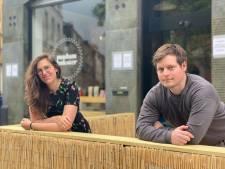 """""""Plots stond hier een terras"""": weldoener Wesley (34) verrast Madam Bakster door terras te bouwen"""
