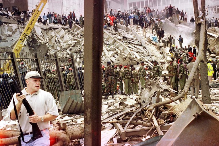 Archiefbeeld. Reddingswerkers proberen overlevenden onder het puin te halen na de aanslag van al-Qaida op de Amerikaanse ambassade in Nairobi, Kenia. (07/08/1998) Beeld AFP