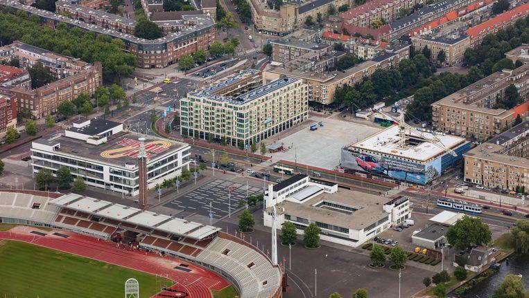 Het Stadionplein met beide 'Citroëngarages' aan de stadionkant. Aan de overzijde de nieuwbouw. Boven in het midden de Olympiaweg, rechtsboven de Van Tuyl Van Serooskerkenweg. Links het verlengde van de Amstelveenseweg richting Vondelpark. Beeld Peter Elenbaas