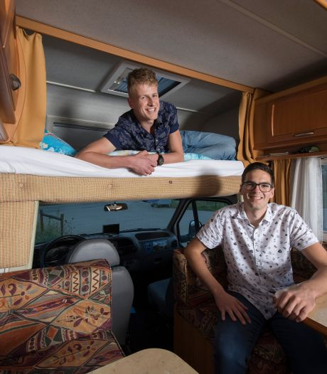 Hier komen de Betuwse Broeders met hun camper: 'Thuis moesten ze eerst even slikken'