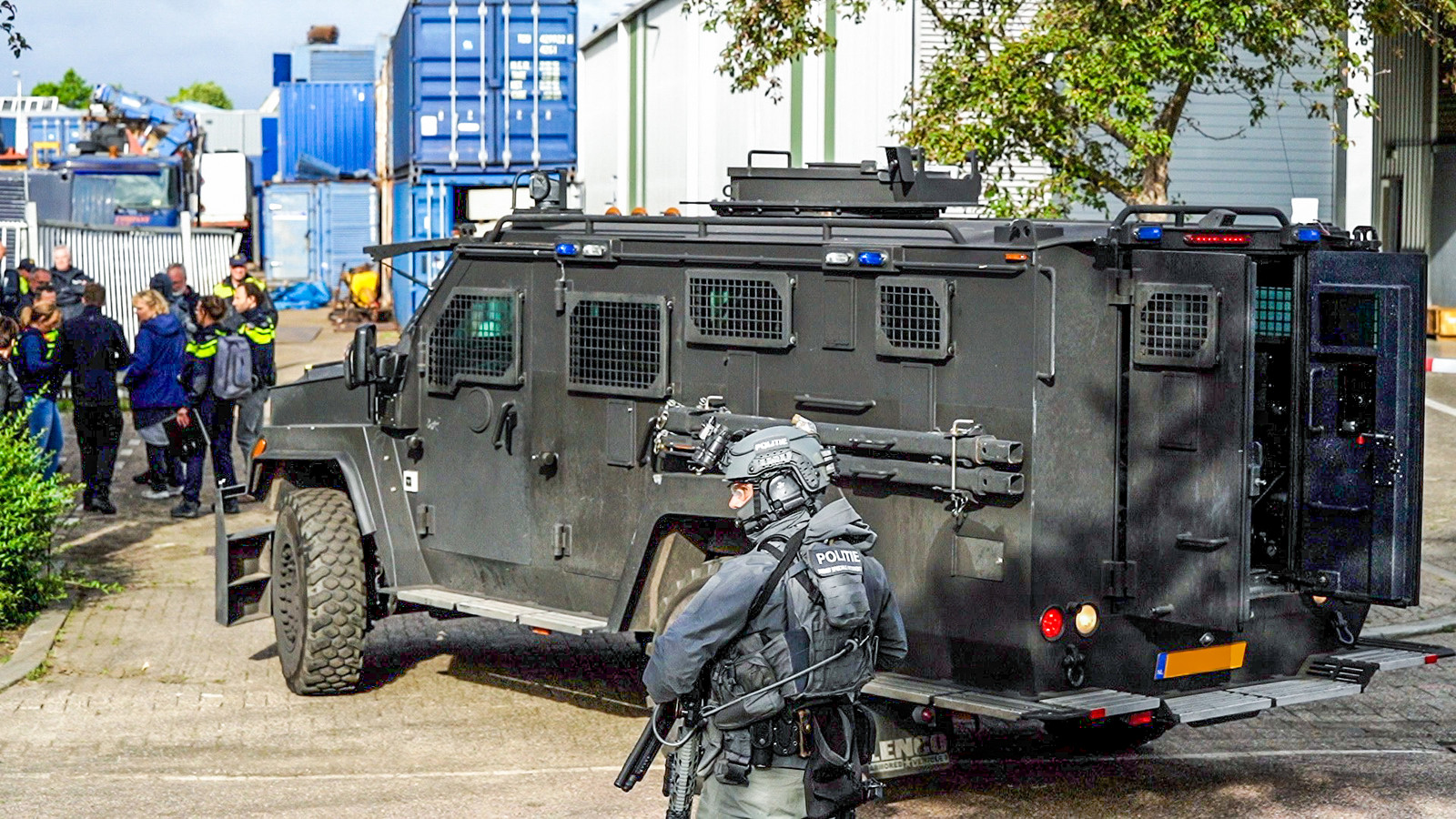 De politie rukte met zwaar materieel uit.