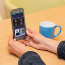 Met een mobieltje kan al een beeldgesprek gehouden worden tussen een arts van het ziekenhuis en de patiënt thuis.
