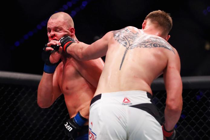Alexander Volkov ramt Stefan Struve in het gezicht.