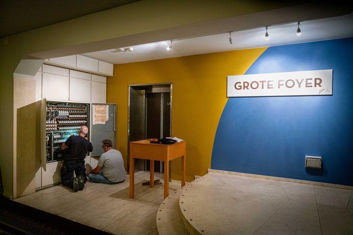 De grote  foyer van het verouderde Stadstheater Arnhem.