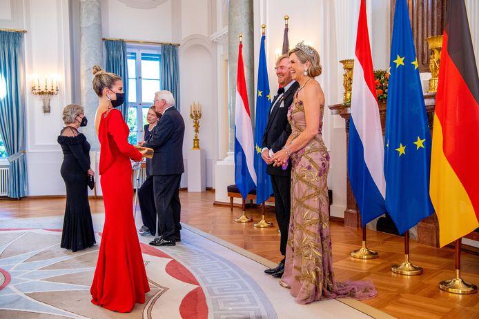 Sylvie Meis ontmoet koning Willem-Alexander en koningin Máxima tijdens het Staatsbezoek aan Duitsland. Het bezoek aan Berlijn vormt de afronding van een reeks deelstaatbezoeken die het paar sinds 2013 aan Duitsland heeft gebracht.