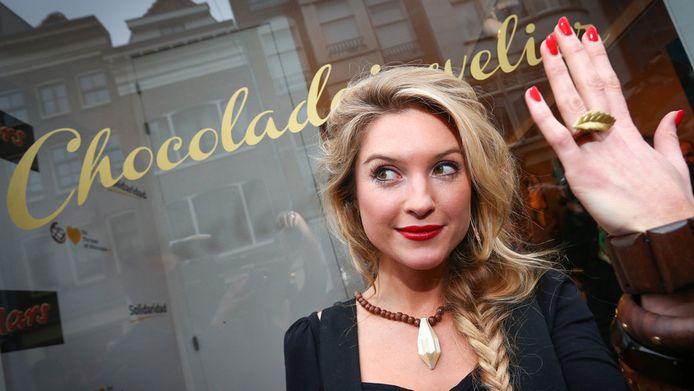 Lauren Verster met een ketting en ring van chocola.