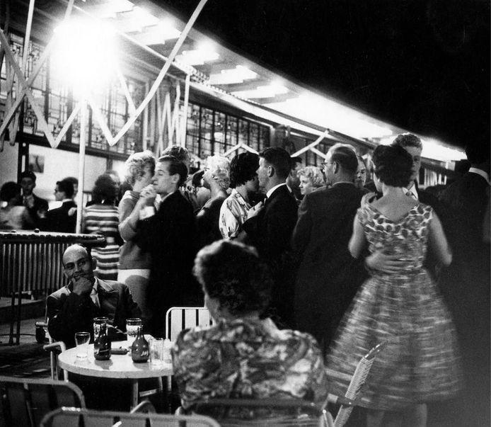 Dansen op een zwoele zomeravond op het terras van De Theepit in Park Sonsbeek in 1955. (Copyright Gelders Archief).