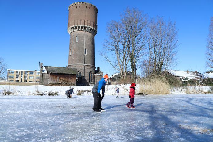 Drukte op de vijver bij het Watertorenpark in Hengelo.