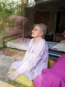 De moeder van Marcel van Benten, wel besmet maar amper klachten. Hij buiten, zij binnen, zo hielden ze toch contact.