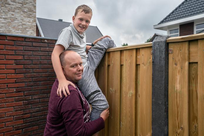 Joris Budding en vader Sander, thuis in Vlijmen.