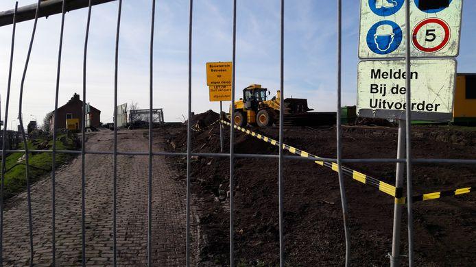 Het saneren van de Bult van Pars in Klundert werd begin dit jaar  stilgelegd omdat er veel meer verontreiniging in de grond bleek te zitten dan gedacht.