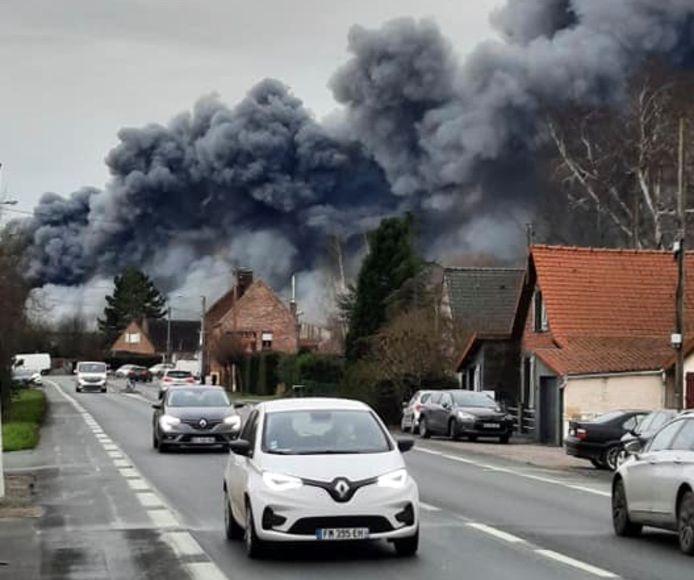 De brand in de gebouwen van het transportbedrijf Caillot, op de industriezone in Belle (Bailleul), ging gepaard met een enorme rookontwikkeling.