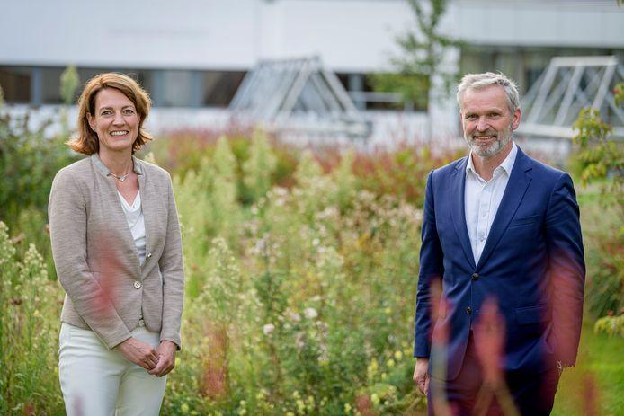 Bestuurders Hilde Dijstelbloem van ZGT en Jan den Boon van MST.
