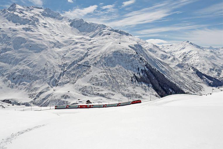 Trein rijdt door het Alpen. Beeld