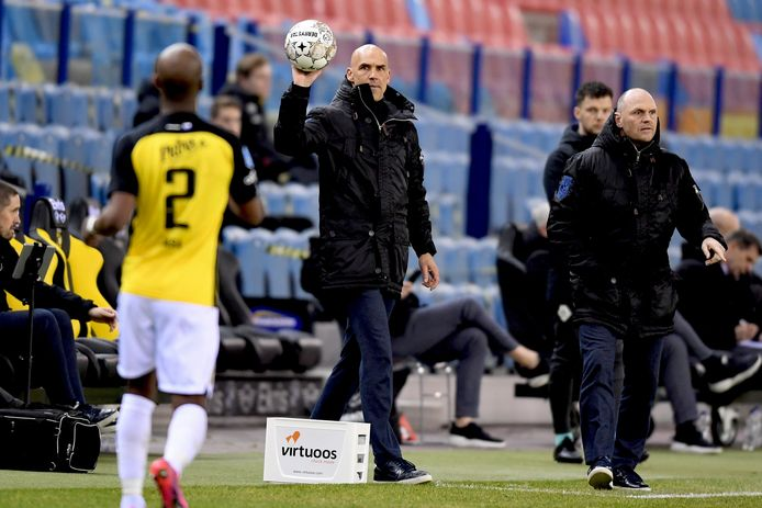 Thomas Letsch (midden) tijdens het duel van Vitesse met VVV, afgelopen zaterdag. de coach gooit de bal naar Eli Dasa. Rechts assistent Joseph Oosting.