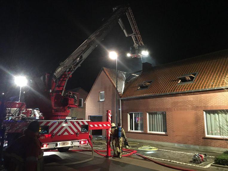 De brandweer bij de getroffen woning.