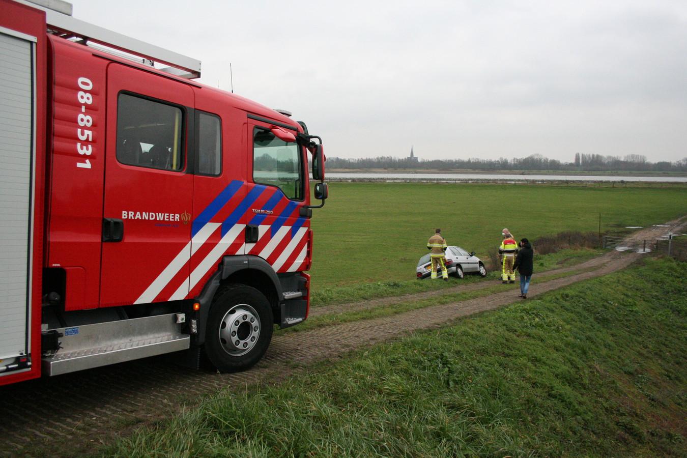 De brandweer bij de auto in Zennewijnen.
