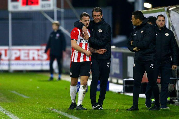 Edwin de Wijs omarmt Tijn Daverveld nadat hij bij Jong PSV is gewisseld.