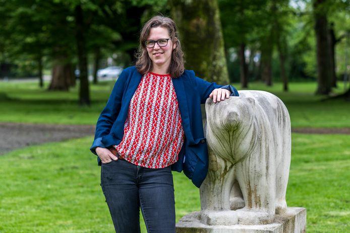 UTRECHT- Ilse Raaijmakers, schrijfster van het boek 'De stilte en de storm', bij het monument 'Polar Bear' op de Biltstraat in Utrecht. Het monument herinnert aan de intocht van  de Engelse en Canadese militairen op 7 mei 1945.