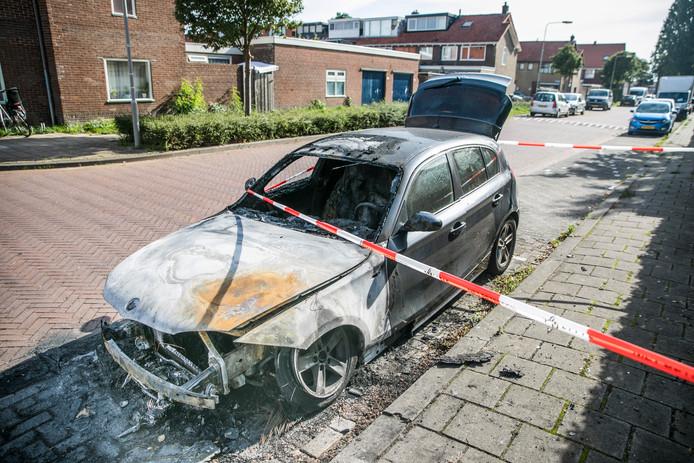 Het wrak na de autobrand in Arnhem.