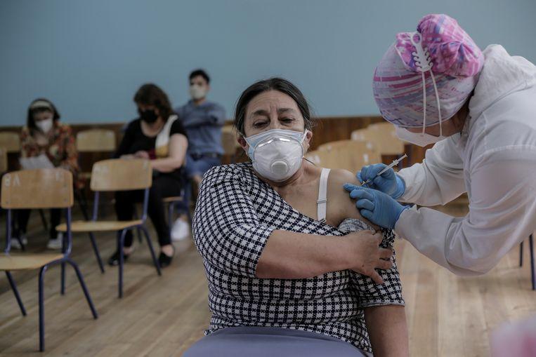 Een vrouw in Quito, Ecuador, krijgt haar eerste Pfizer/BioNTech-vaccinatie. Beeld Reuters