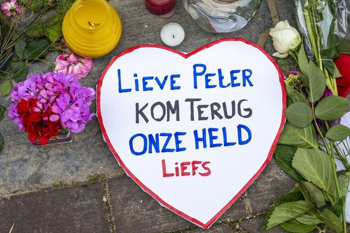 Mensen laten bloemen, kaarsjes en steunbetuigingen aan Peter R. de Vries achter in de Lange Leidsedwarsstraat in het centrum van Amsterdam. De beschoten misdaadverslaggever vecht nog steeds voor zijn leven.