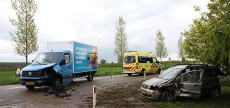 Bezorger AH botst op auto met vrouw en twee kinderen; brandweer moet bestuurster bevrijden