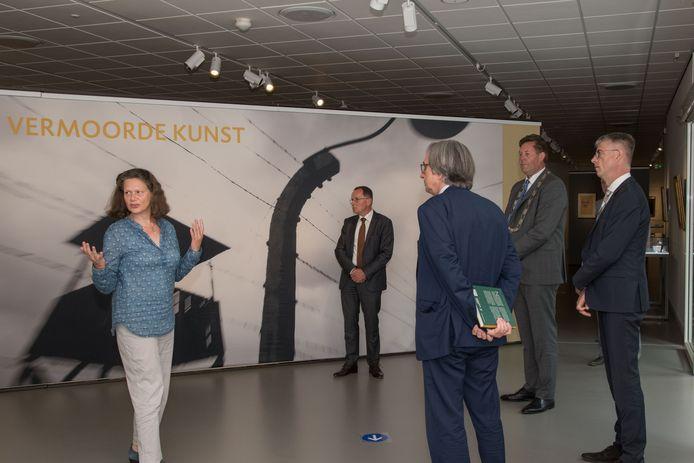 De Duitse ambassadeur Dirk Brengelmann (op de rug gezien) bezocht dinsdagochtend het Noord-Veluws museum voor de expositie 'Vermoorde kunst'.