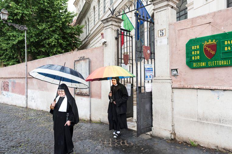 Nonnen nadat ze hebben gestemd. Beeld Marco Bonomo
