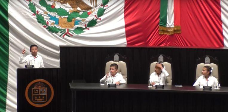 Ángel Jacinto Noh Tun aan het woord in het parlement van Quintana Roo. Beeld youtube