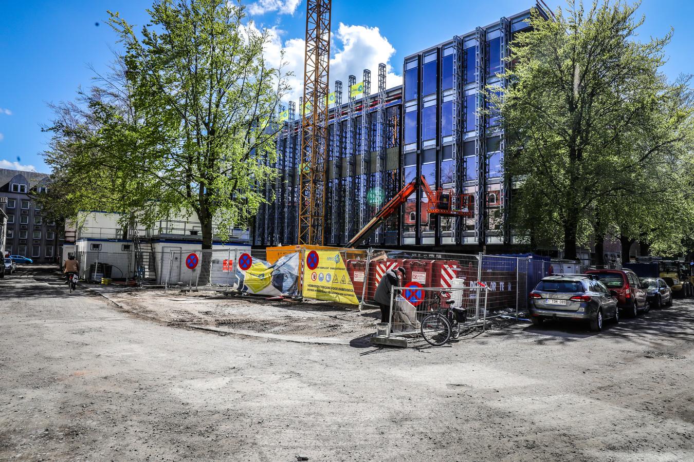 Het nieuwe Beurs- en Congresgebouw: de inkom.