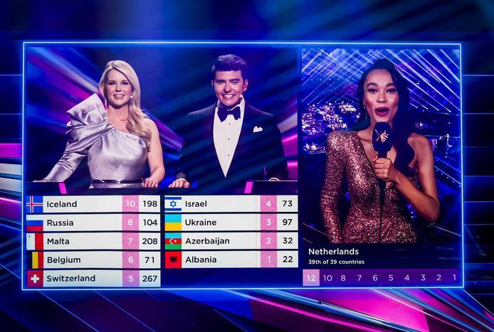 Romy Monteiro maakt de punten van de Nederlandse vakjury bekend tijdens de finale van het Eurovisie Songfestival 2021.