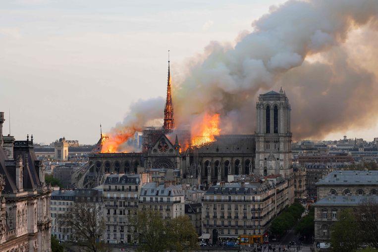 De brand in de Notre-Dame zal de vertrekkende correspondent Daan Kool nog lang heugen,  evenals het commentaar van sommige omstanders: 'Moeten we geloven dat dit toeval is?'   Beeld AFP