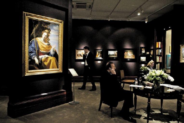 Druk telefoonverkeer van kunsthandelaren op een internationale kunstbeurs in Maastricht. (FOTO MARCEL VAN HOORN, ANP) Beeld