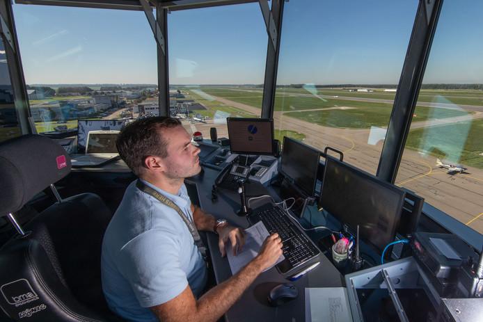 Sinds donderdagochtend leiden luchtverkeersleiders vanuit de verkeerstoren van Lelystad Airport het vliegverkeer in goede banen.