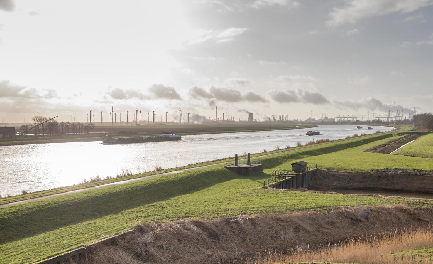 Het gebied rond het Schelde-Rijnkanaal bij Rilland is in beeld voor grootschalige (energie)ontwikkelingen.