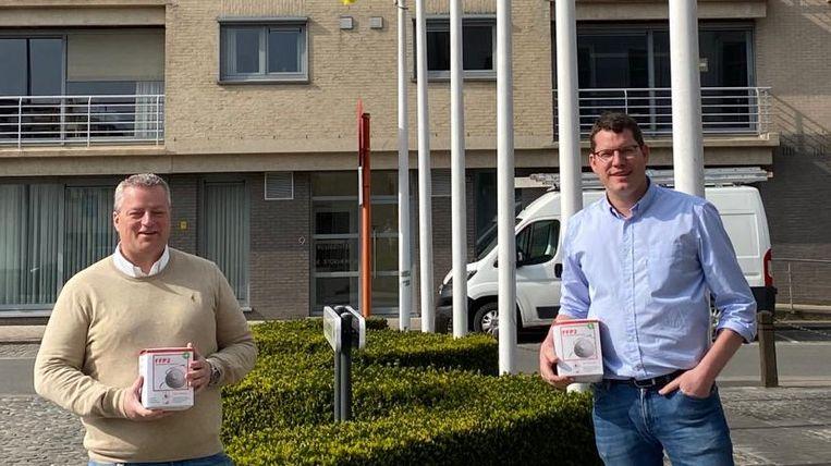 Bruno Vandeputte en Bart Booy hielpen de gemeente aan 3.000 FFP2-mondmaskers.