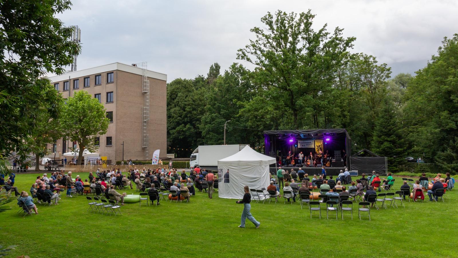 Zo'n 300 mensen genoten ondanks het wisselvallige weer van een optreden van De Flandriens.