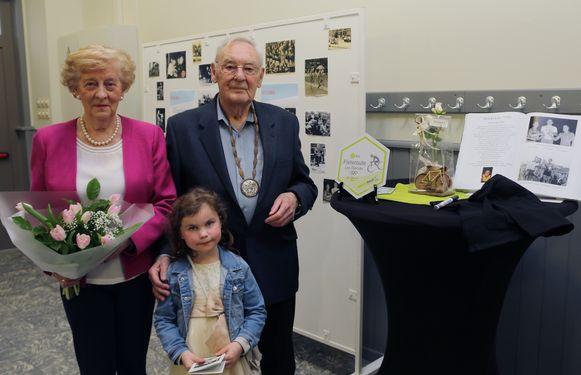 Leo Sterckx met zijn vrouw Gilberte Laureys en kleindochter Lauren Sanders op de huldiging.