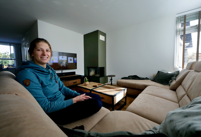 Jody Kortleve in haar huiskamer. ,,Een industriële stijl vinden we allebei mooi.'' Het meeste werk staken ze in de badkamer.
