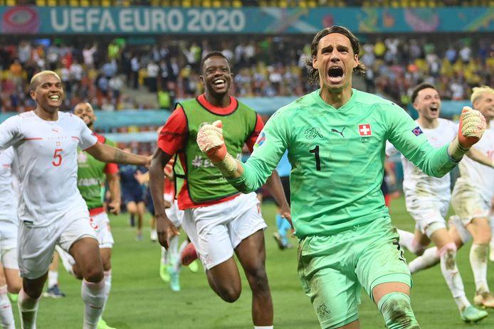 Yann Sommer is de gevierde man nadat hij de strafschop van Kylian Mbappé heeft gestopt.