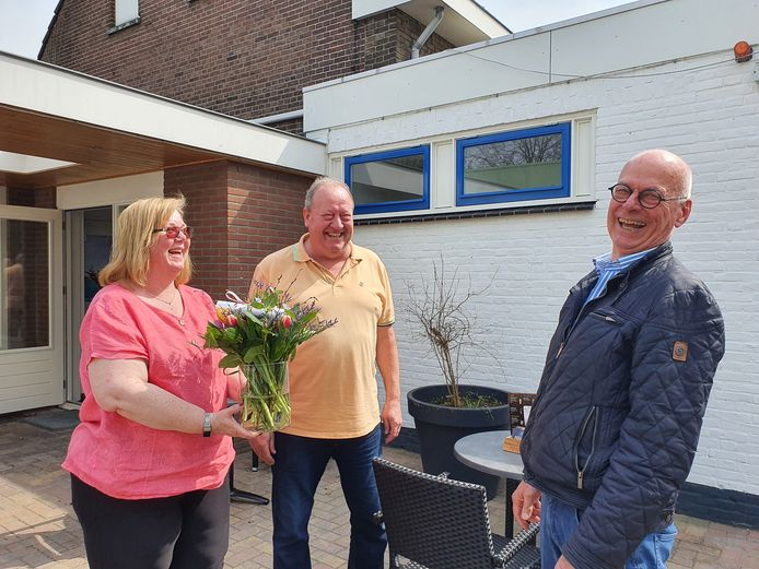 Chris Jongboer (rechts) brengt in opdracht van de gemeente Renkum de bloemstukken rond. Marit en Henk Flipsen van Biljartcentrum Renkum waarderen de geste.