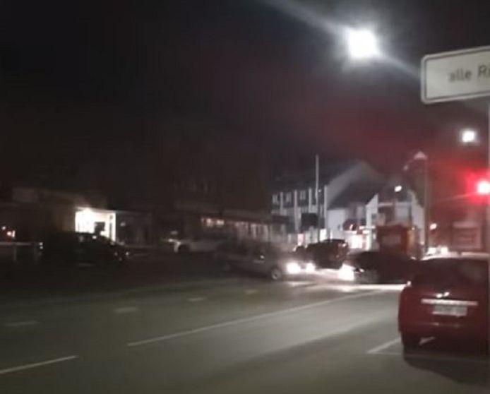 De bestuurder van de Audi-vluchtwagen scheurt weg, achtervolgd door een 62-jarige getuige die de plofkrakers probeerde tegen te houden.