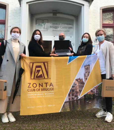 Serviceclub Zonta schenkt drie laptops aan Koninklijk Atheneum
