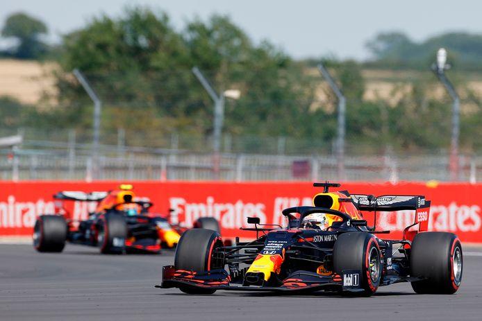 Max Verstappen gaat teamgenoot Alexander Albon voor bij de kwalificatie, vorige week op Silverstone.