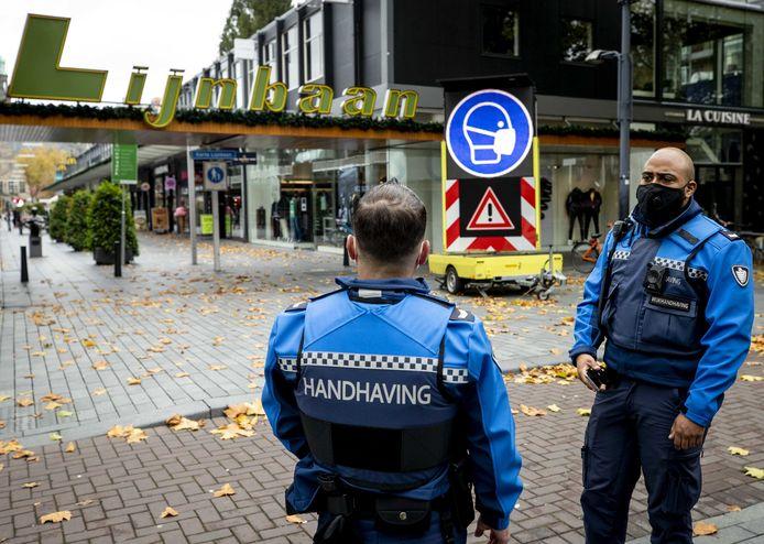 Boa's houden toezicht in het centrum van Rotterdam.